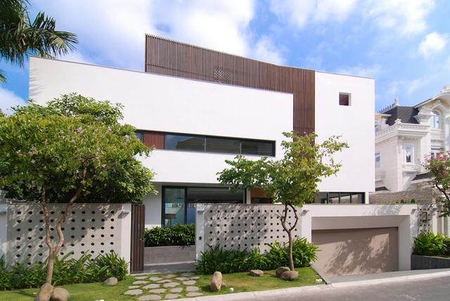 Ngôi nhà ở quận 2 (TP HCM) được đặt tên là Eden Villa (Biệt thự thiên đường) có vẻ ngoài khá chân phương. Chỉ sau khi bước qua lối đi lát đá xen kẽ với cỏ, bức tường đặc bao quanh khuôn viên, bạn mới cảm nhận được ý nghĩa của tên nhà.