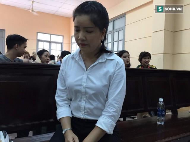 Ngọc Trinh buồn bã trong giờ giải lao tại phiên tòa.