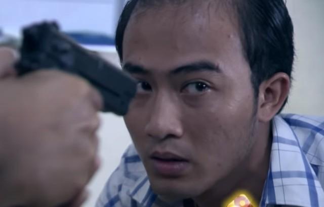 Trần Tú trước họng súng của Lương Bổng. Ảnh: Chụp màn hình.