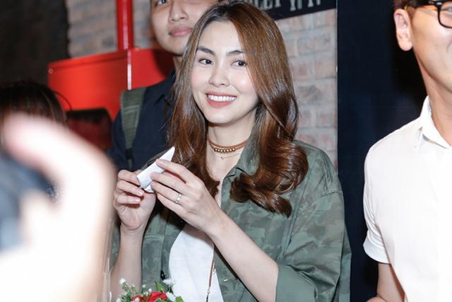 Từ lâu, Tăng Thanh Hà không còn tham gia các hoạt động của showbiz. Vài năm nay, nữ diễn viên gần như tập trung vào công việc kinh doanh và chăm sóc gia đình nhỏ. Cách đây vài ngày, Tăng Thanh Hà mở tiệc khai trương nhà hàng của cô, có sự xuất hiện của một số nghệ sĩ.