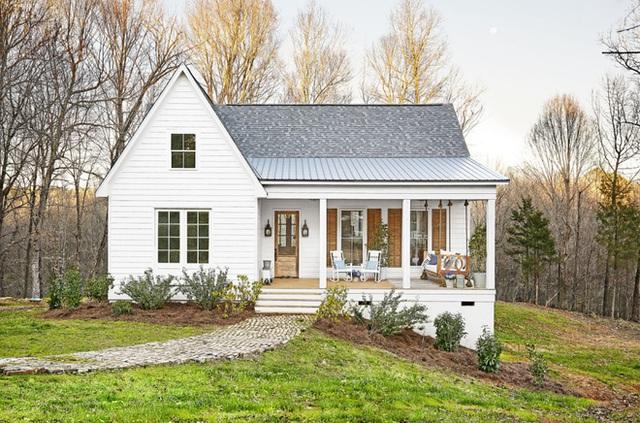 Nhìn từ bên ngoài, ngôi nhà không có nhiều sự đặc biệt, nhưng chính sự đơn giản trong cách thiết kế, đường nét trang trí cũng như cách cải tạo ngoại cảnh đã giúp không gian ngoại thất đẹp nên thơ, trữ tình.
