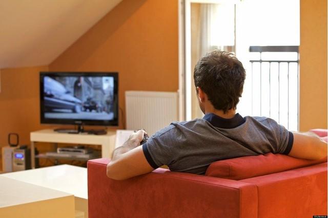 Xem tivi liên tục là một thói quen có thể dẫn tới vô sinh ở nam giới. Ảnh Internet