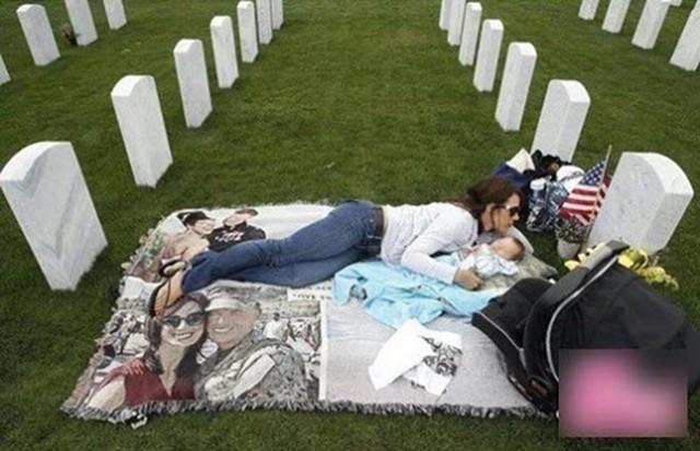 Trong suốt 3 năm cô thường xuyên bế con ra trước bia mộ của chồng để vơi đi nỗi buồn.