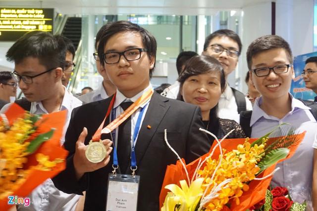 Chị Kim Thu và con trai Anh Tuấn (ngoài cùng bên phải) đón Đức Anh trở về từ cuộc thi Olympic Hóa học quốc tế. Ảnh: Nguyễn Sương.