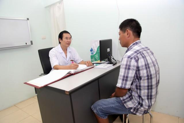 Bác sĩ Nguyễn Khắc Lợi tư vấn cho một nam bệnh nhân hiếm muộn. Ảnh: MT.