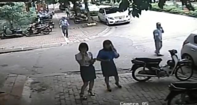 Bà Lê Mai Trang, người đứng bên phải. Ảnh cắt từ clip.