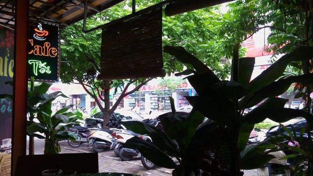 Phía trước quán cà phê là hiện trường nơi xảy ra vụ việc - Ảnh: Tuổi trẻ