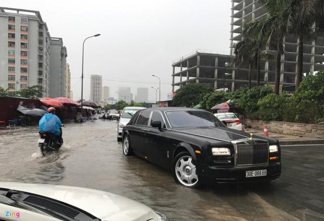 9h30, Hà Nội có mưa ở nhiều nơi. Khu vực đường Dương Đình Nghệ nước đã lênh láng ngay sau khi mưa trút xuống vài chục phút.