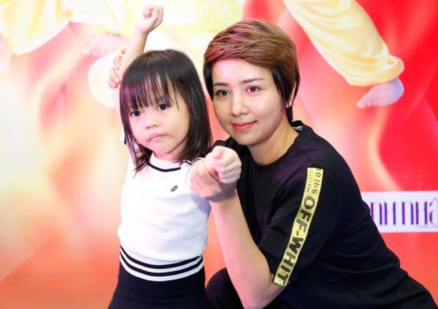 Thúy Hiền hướng dẫn các em nhỏ tập võ. Ảnh: Quốc Phong.
