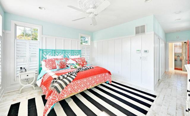 Một tấm thảm đơn sắc không chỉ dành cho phòng ngủ trung lập. Hãy để phòng ngủ với sắc hồng ngọt ngào này hiện lên thật xinh đẹp bằng cách trải thảm kẻ sọc đen trắng bên dưới, tạo thêm nét cổ kính cho nội thất trang trí trong phòng ngủ.