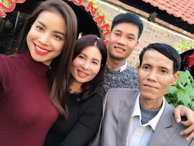 Hoa hậu Phạm Hương bên những người thân yêu trong gia đình.