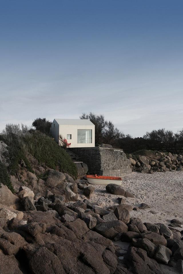 Ngôi nhà được xây dựng trên nền đá granite hồng với hướng nhìn ra bờ biển.