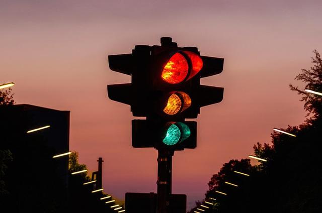 Bạn có biết tại sao đèn giao thông có 3 màu xanh, đỏ, vàng?