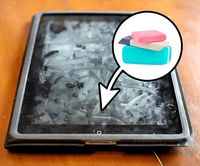 1. Muốn đánh bay những dấu vân tay có trên bề mặt màn hình điện thoại của bạn - hãy tìm đến cục tẩy - đồ vật quen thuộc của học sinh.