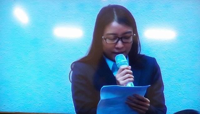 Bà Hoàng Thị Hồng Tứ trả lời thẩm vấn trong phiên xét xử Hà Văn Thắm và đồng phạm hồi tháng 3 (Ảnh: VietnamNet)