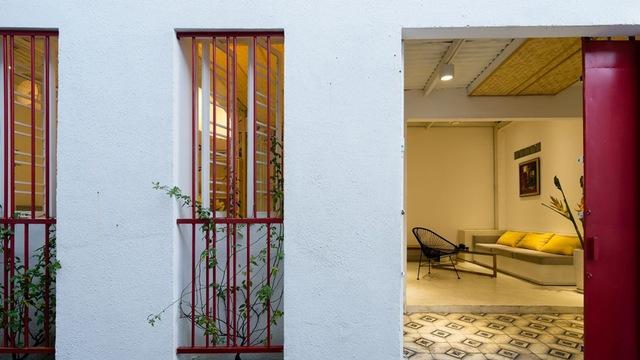 Các ô cửa sổ hẹp và cao tạo độ thoáng sáng cho không gian bên trong.