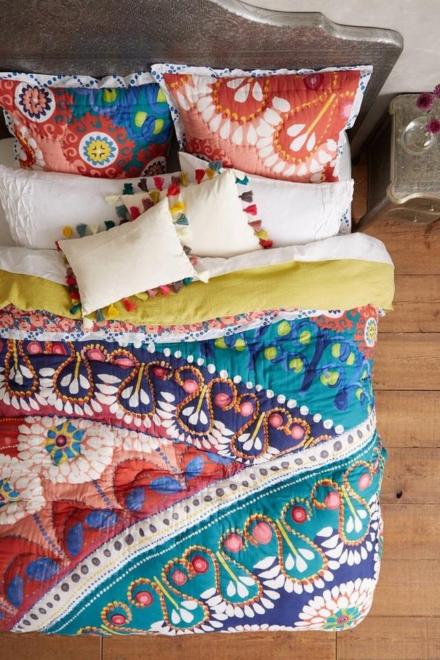 Bộ đồ giường có màu sắc đậm đà với các hoa văn và màu sắc khác nhau được xếp chồng lên.
