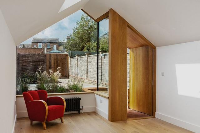 Ngôi nhà cho ta thấy sự mở rộng không gian tối đa nhất chính nhờ việc sử dụng những tấm kính trong suốt thay vì một bức tường gạch bí bách mà ta vẫn thường thấy.