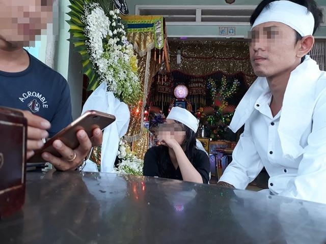 Chồng sắp cưới của chị Ng. (áo trắng) vẫn chưa hết bàng hoàng trước cái chết quá đột ngột của vợ tương lai. Ảnh: Xuyến Chi