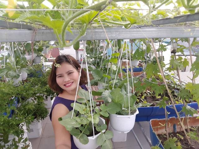 Kể từ khi gây dựng được khu vườn sân thượng, vợ chồng Thương không phải ra chợ mua rau. Thậm chí, chị còn có rau sạch để biếu mọi người.