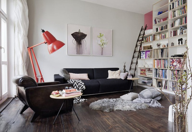 Là người đam mê sách, căn hộ này sở hữu hẳn một giá sách cực lớn ngay ở phòng khách. Đây cũng là điểm nhấn của toàn bộ căn nhà.