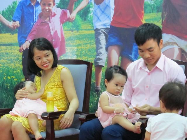 Vợ chồng anh Hảo, chị Nhung với niềm hạnh phúc được làm cha mẹ của cô con gái song sinh Bảo Ngọc- Thảo Chi