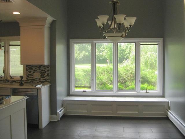 Một căn phòng đơn giản với nội thất màu trung tính thực sự có lợi để bạn thiết kế một chỗ ngồi bên cửa sổ nhỏ gọn, kết hợp với mẫu cửa sổ cao giúp tạo hiệu ứng mở rộng diện tích căn phòng và làm cho không gian sáng hơn.