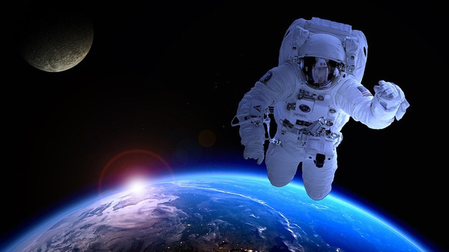 Nhà du hành vũ trụ này thực ra đang rơi rất chậm xuống Trái đất.