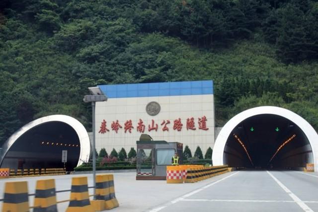 Hầm vượt núi Tần Lĩnh. Ảnh: Sina.