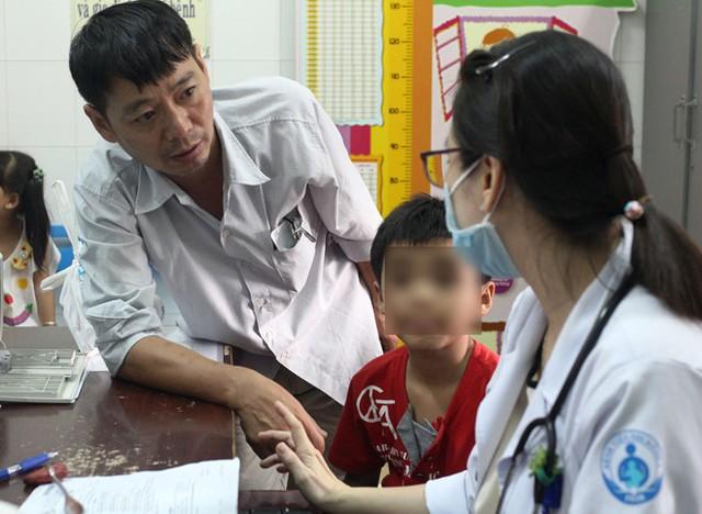 Mỗi ngày bệnh viện Nhi Đồng 1 TP. HCM tiếp nhận điều trị cho 5-7 bé mắc hội chứng TIC. Ảnh: Phú Mỹ