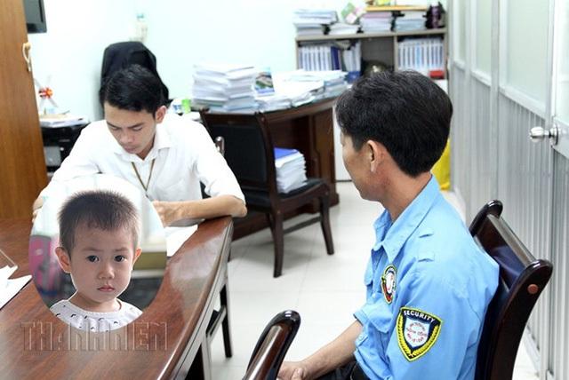 Anh G. (áo xanh) tự xưng là cha ruột đến xin nhận lại bé Bin.