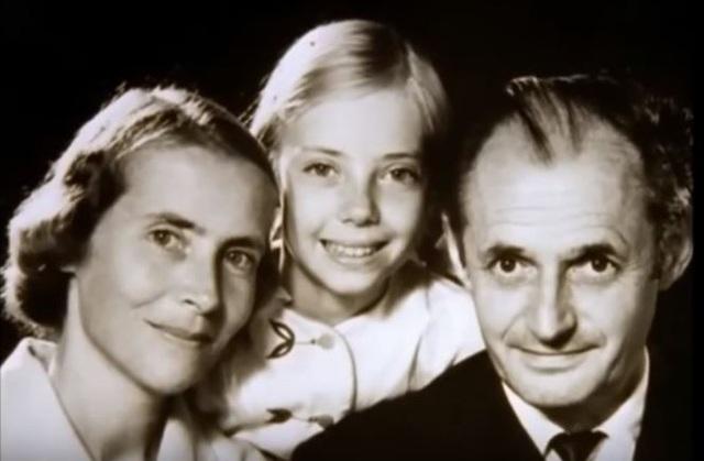 Juliane Koepcke chụp ảnh cùng bố mẹ. (Ảnh: Internet)