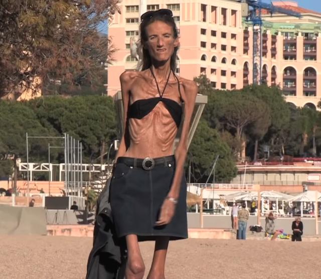 Valeria đã 40 tuổi mà chỉ nặng đúng 27kg.