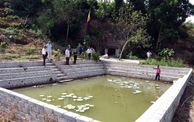Giếng làng nơi phát hiện thi thể 4 cháu bé. Ảnh: Quang Huấn