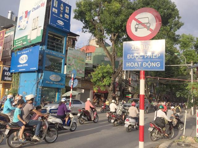 Trên phố Đê La Thành, taxi bị cấm hoạt động từ thứ Hai đến thứ Sáu trong giờ cao điểm - Ảnh: LÂM HOÀI