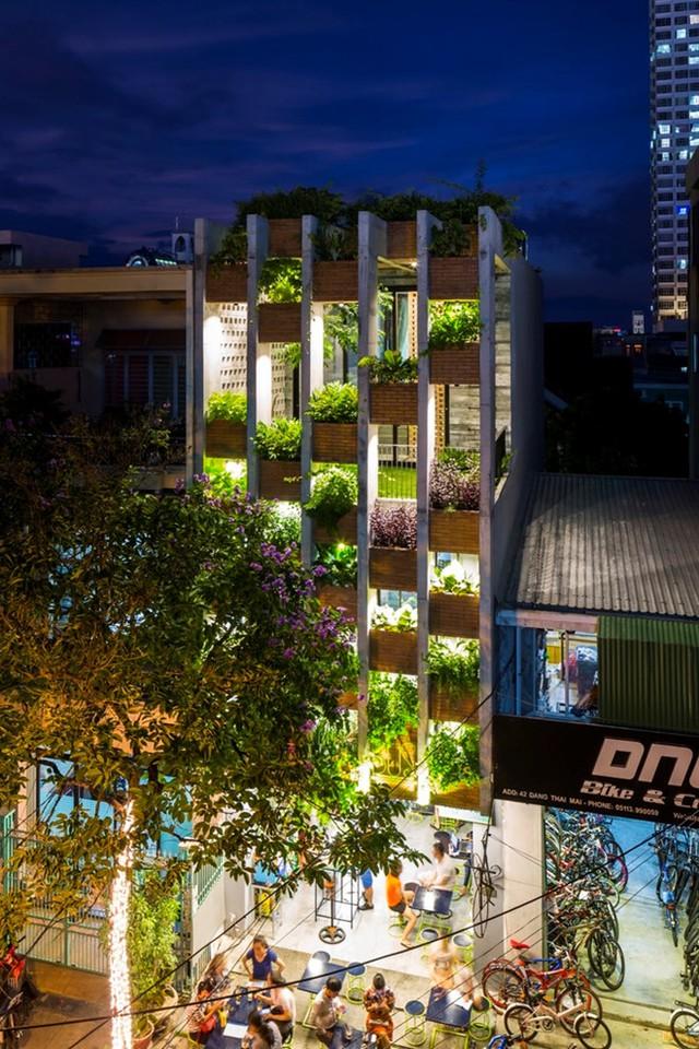 Công trình tọa lạc tại Đặng Thai Mai, Đà Nẵng. Một phần diện tích tầng 1 được chủ nhà cho thuê.