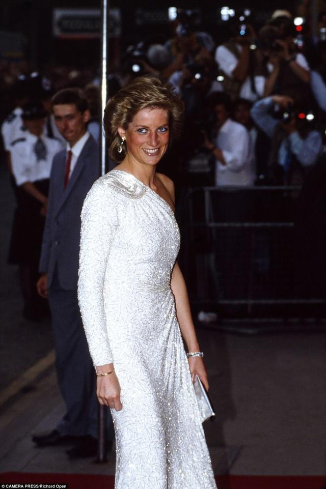 Công nương Diana tỏa sáng trong buổi ra mắt phim James Bond - License to kill năm 1989.