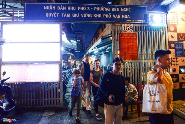 Đạo diễn Christopher Nolan cùng gia đình có chuyến du lịch tại Việt Nam. Ông thuê một khách sạn trên đường Nguyễn Huệ và tối qua cùng gia đình ăn tối tại một con hẻm trên đường Pasteur, quận 1.