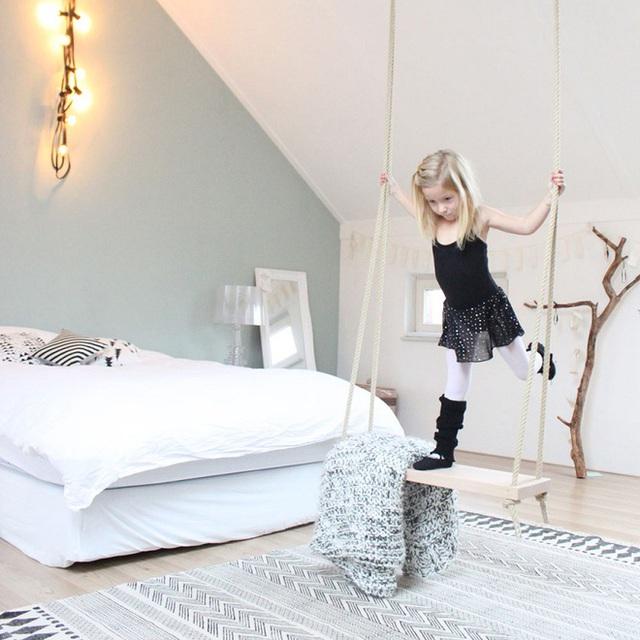 Một swing trong phòng ngủ của cô gái nhỏ này tạo cảm giác thanh bình và màu sắc cũng giản đơn sẽ biến thiết kế trở thành một nơi lưu trữ và một phần vui chơi không thể thiếu trong tuổi thơ của cô bé.