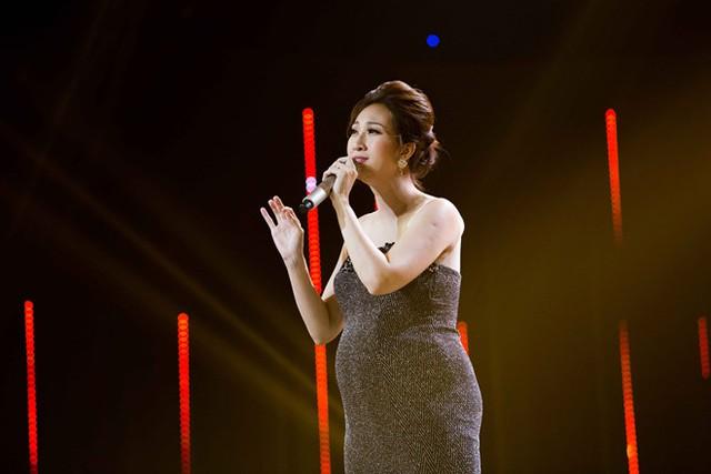 Lều Phương Anh hát trên sân khấu, xe cấp cứu chờ bên ngoài