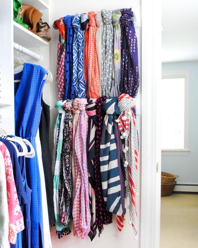 1. Đừng lãng phí cánh cửa tủ! Thay vì treo bộ sưu tập khăn trên giá treo làm chiếm mất một khoảng không gian lớn, bạn hãy gắn một vài thanh gỗ vào cánh cửa tủ để tạo ra nơi lưu trữ khăn mà không tốn diện tích.