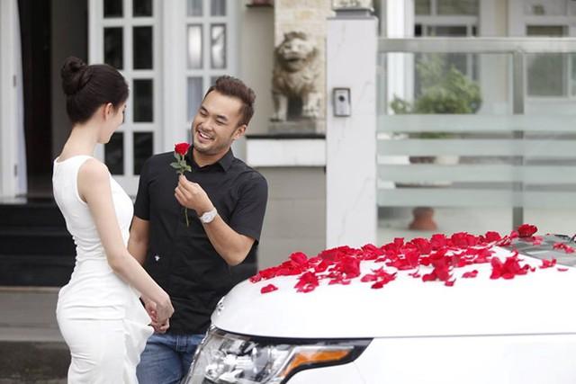 Hoa hồng nhung rải trên siêu xe trong Vòng eo 56, như lời tuyên bố ngầm: đón nhận vật chất nhưng đi kèm phải là tình yêu.