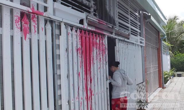 Nhà chị Mai bị khủng bố bằng sơn đen và sơn đỏ