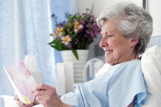 Người Mỹ quan niệm rằng, bệnh viện là nơi tẻ nhạt nên họ thường tặng người bệnh những món quà giúp người bệnh thư giãn hơn như hoa, sách, báo.