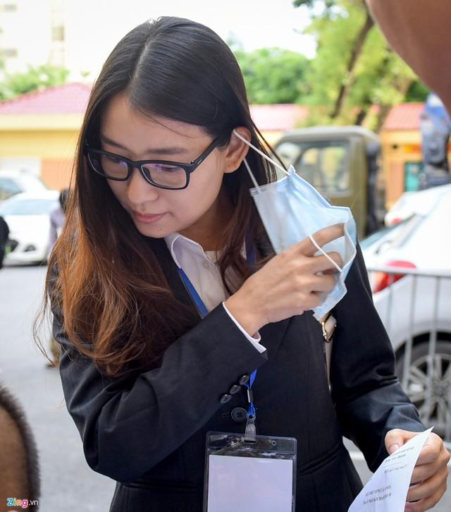Là một trong 19 bóng hồng liên quan đến đại án, Hoàng Thị Hồng Tứ (nguyên Chủ tịch HĐQT Công ty cổ phần BSC Việt Nam) ... lẩn tránh ống kính máy ảnh. Khi kiểm tra an ninh, lực lượng công an yêu cầu nữ bị cáo này phải bỏ khẩu trang, đưa giấy triệu tập.