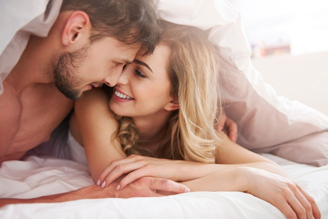 """Một vài câu nói """"táo bạo"""", một sự gạ gẫm được gửi qua tin nhắn khi anh ấy đang trên đường trở về nhà, ngồi ở phòng khách… Chắc chắn sẽ khiến chồng muốn lao ngay đến bên bạn vì không thể kìm hãm sự phấn khích được bạn khơi gợi. (Ảnh minh họa)"""