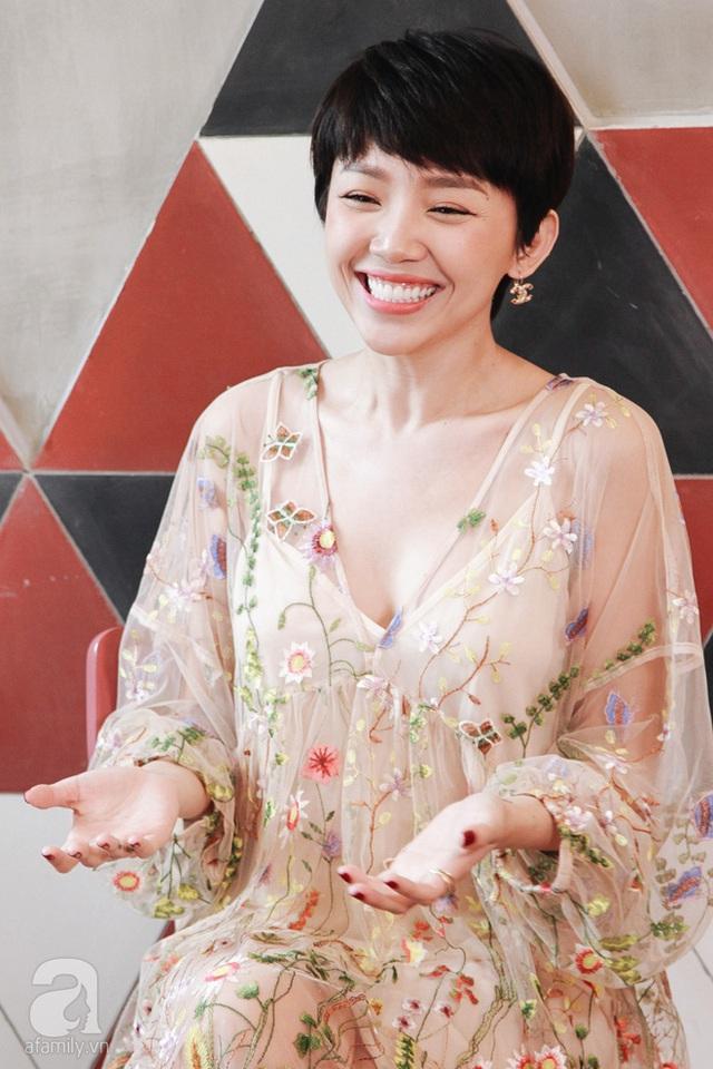 """Chia sẻ về việc phát ngôn trong showbiz, Tóc Tiên thẳng thắn tiết lộ rằng:  """"Lúc Tiên đi du học, làng giải trí Việt chưa phát triển như bây giờ."""
