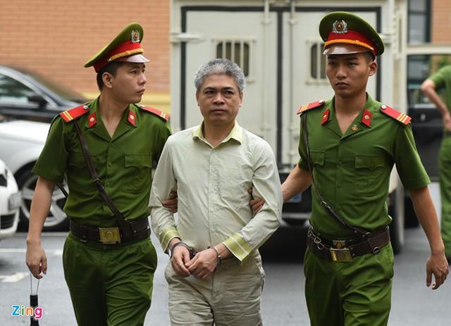 Bị cáo Nguyễn Xuân Sơn được cảnh sát áp giải đến tòa ngày 31/8. Ảnh: Việt Hùng.