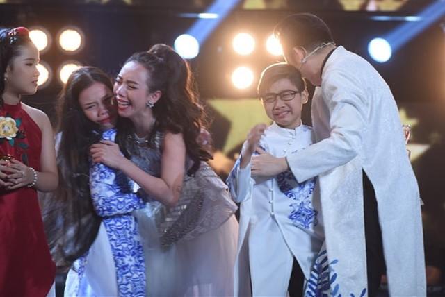 Đức Vĩnh và Quỳnh Anh bật khóc trong vòng tay hai huấn luyện viên khi được xướng tên là quán quân.