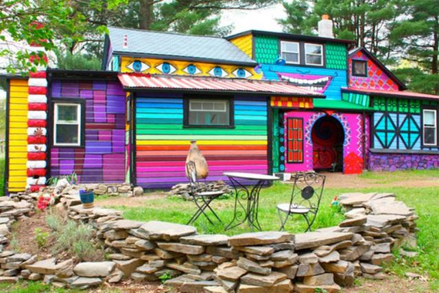 1. Ngôi nhà được chọn cách trang trí thay vì sơn thông thường. Mỗi một phần của ngôi nhà được thực hiện một ý tưởng khác nhau nhưng tổng thể vẫn hài hòa, ấn tượng.